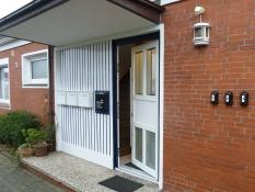 Hauseingang zu allen Ferienwohnungen des Ferienhauses Kolks Huus Seglerweg 16 in Neuharlingersiel mit Schlüsselsafes für die Schlüsselübergabe