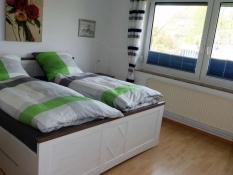 Elternzimmer mit hohen Betten