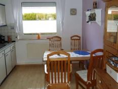 Großzügige, helle Küche in der Ferienwohnung 1 Kolks Huus in Neuharlingersiel mit Esstisch für 4 Personen