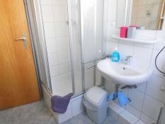 Ferienwohnungen Kolks Neuharlingersiel, Wohnung 2, Bad mit Dusche, Fön, Kosmetikspiegel