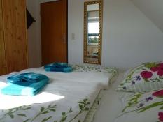 Ferienwohnungen Kolks Neuharlingersiel, Wohnung 2, Schlafzimmer mit Kleiderschrank und Spiegel