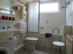 Ferienwohnung 1 Kolks Huus Neuharlingersiel, großzügiges Bad mit Dusche, Wanne, Waschmaschine, Fön und Kosmetikspiegel