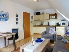 Ferienwohnung 3, Kolks Huus in Neuharlingersiel, helles Wohnzimmer mit integrierter Küchenzeile
