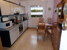 Großzügige Küche mit Esstisch für 4 Personen und allen Elektrogeräten in der Ferienwohnung 1 von Ferienwohnungen Kolks Huus in Neuharlingersiel mit eigener Terrasse und Garten für einfach schöne Ferien an der Nordsee