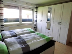 Helles Schlafzimmer mit grossem Schrank