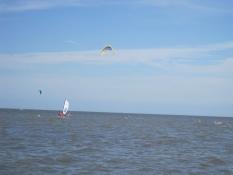 Ferienwohnungen Kolks Neuharlingersiel an der Nordsee mit Wasser, Sonne und blauem Himmel