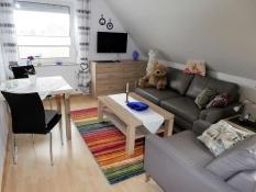 Die FeWo 2 in Ferienwohnungen Kolks Huus in Neuharlingersiel an der Nordsee sind modern ausgestattet mit LCD-Fernseher, gemütlicher Ledersofaecke, Esstisch für 2 Personen, Telefon und Internet, Rolläden und Plissees