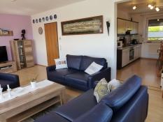 Fewo 1 in Ferienwohnungen Kolks Huus in Neuharlingersiel an der Nordsee, Wohnzimmer mit offenem Zugang zur großen Küche und zur Terrasse
