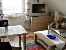 Modernes Wohnen für 2 Personen in der 2-Zimmer Ferienwohnung in Ferienwohnungen Kolks Huus in Neuharlingersiel an der Nordsee, modern ausgestattet mit Ledergarnitur, LCD-Fernseher, Rolläden und Plissees